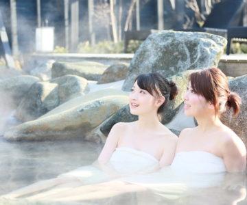 露天風呂で疲れを癒す二人の美女